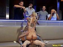 Опытная блондинка демонстрирует партнеру верх сексуальной ра...