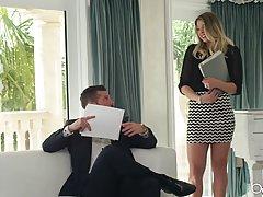 Роскошная блондинка соблазняет своего шефа сексуальным белье...