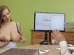 Коллега трахнул секретаршу с большими сиськами на рабочем ст...