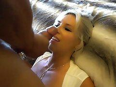 Негр засаживает член по самый край блондинке в сексуальных ч...