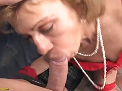 Зрелая сучка в чулках впервые пробует анал и кричит от удовольствия