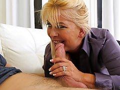 Самец проникает толстым членом в волосатую киску зрелой блондинки