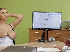 Красавица с большими сиськами сосет в офисе член своего начальника