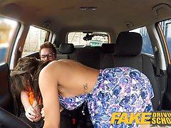 Брюнетка с большими сиськами в машине отсосала водителю в оч...
