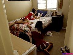 Парень трахает двух спортивных девушек в общаге перед веб-камерой