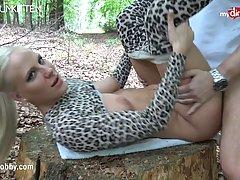 Роскошная брюнетка в костюме тигрицы берет в рот у любовника...