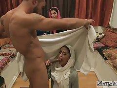 Раскаленный мулат раздел и оттрахал скромных арабок в манящие щелки