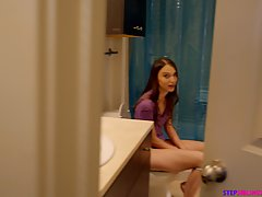Девушка мастурбирует в туалете и волосатой дыркой скользит п...