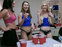 Пьяная компания занялась групповым сексом в общаге перед вебкамерой