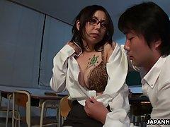Азиатка с большими дойками трахается со студентом в аудитории на столе
