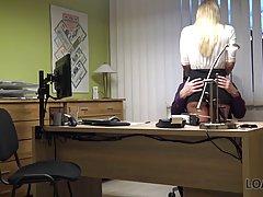 Зрелая блондинка трахнула киской незнакомца в офисе на столе