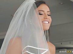 Брюнетка в униформе невесты трахает любовника глоткой и влажной пилоткой