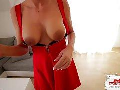 Зрелая блондинка с обвисшими сиськами получает сперму на кружевные чулки