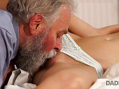 Блондинка сосет у зрелого мужика и позволяет ему полизать пилотку