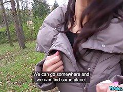 Азиатка за деньги показала большие сиськи и сделала незнакомцу минет на улице