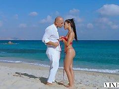 На пляже лысый парень занимается сексом со стройной латинкой