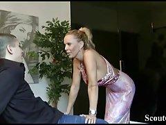 Немецкая мамочка сосет член молодчика и трахается с ним в ра...