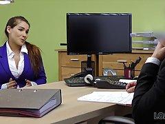 На собеседовании в офисе телка с большими сиськами трахается с начальником
