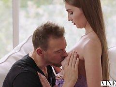 Мужик привез подругу в Париж и устроил ей в гостинице хардкор секс