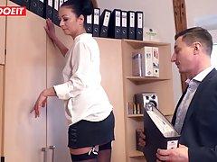 Темноволосая секретарша в офисе трахается в чулках на столе