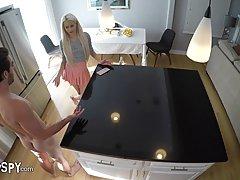 Скрытая камера на кухне сняла секс блондинки с молодым ухаже...