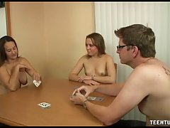 Парень выиграл в карты и получает от двух подруг дрочку и ми...