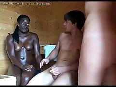 Негритянка и ее подружка подарили парню в сауне секс втроем...