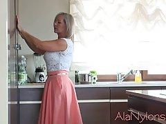 Зрелая блондинка задирает юбочку и показывает свои чулочки...