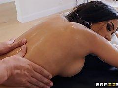 Брюнетка после массажа подставляет дырочки для страстного секса