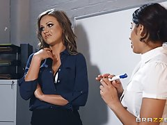 Женщина в чулках прямо в офисе трахается со своим начальником
