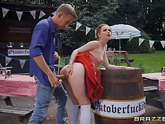 Грудастая немка в униформе с рыжими волосами любит секс на у...