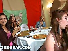 На девичнике вечеринке девушки набросились на стриптизера...