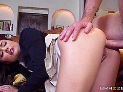 Брюнетка студентка задрала юбочку для анального секса с темн...
