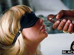 Блондинка с мокрой киской наслаждается вагинальным сексом с ...