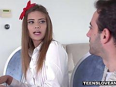 Красивая молодуха обожает анальный секс в униформе студентки...