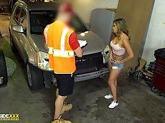 Латинка с упругими сиськами занимается сексом у капота машин...