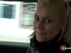 Блондинка оголила большие сиськи и затрахала себя руками...