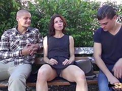 Два парня сняли на улице девушку и устроили ей дома анальный секс втроем