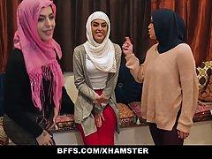 Группа девушек в платках решили попробовать длинный член нег...