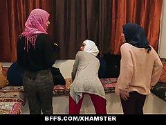 Группа девушек в платках решили попробовать длинный член негра в вагинах