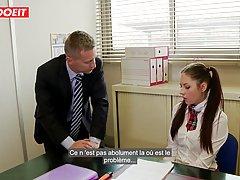 Похотливая студентка раздвинула ноги перед преподом для анал...
