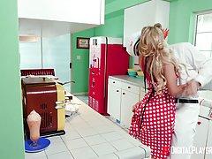Сисястая домохозяйка в чулках встречает мужика минетом и ска...
