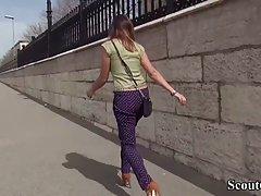 Парень снимает от первого лица, как девушка с улицы делает г...
