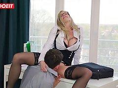 Деловая блондинка в очках возбудилась от мастурбации и кончи...