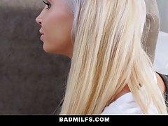 Две блондинки с большими сиськами и один парень устроили сек...