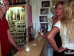 Грудастая мамочка в баре вместе с дочкой трахается с парнем...