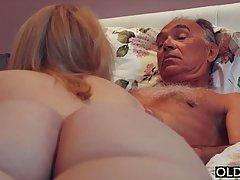Старик соблазнил молодую блондинку на классический секс в спальне