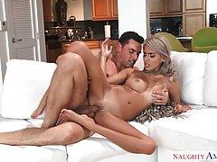 Блондинка с упругими сиськами на диване кончает от хардкор с...