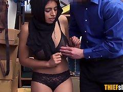 За воровство в маркете мусульманка с большими сиськами отдается охраннику