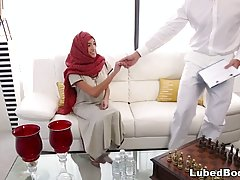 Массажист сделал арабке массаж и вогнал свой член в ее выбритую киску